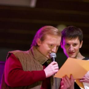 Константин Михаленко вручает сертификаты своим ученикам (выпускной вечер киношколы)