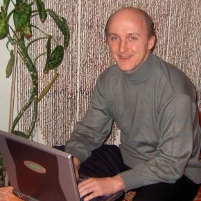 Михаил Шпилевский за ноутбуком (Минск, Беларусь)