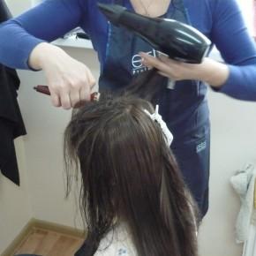 Обучение работе с феном при создании причёски на курсе подготовки парикмахеров (Минск, Беларусь)