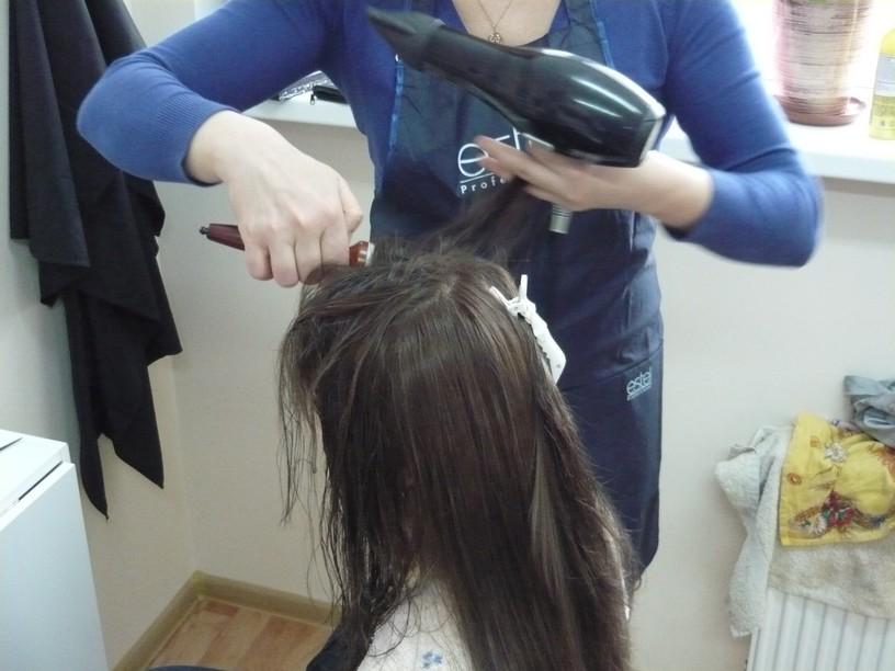 Обучение работе с феном при создании причёски на курсе подготовки парикмахеров (Минск, Беларусь) (сайт Минской школы киноискусства)