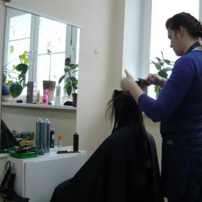 Татьяна Жогал во время обучения парикмахеров созданию причёски (Минск, Беларусь)