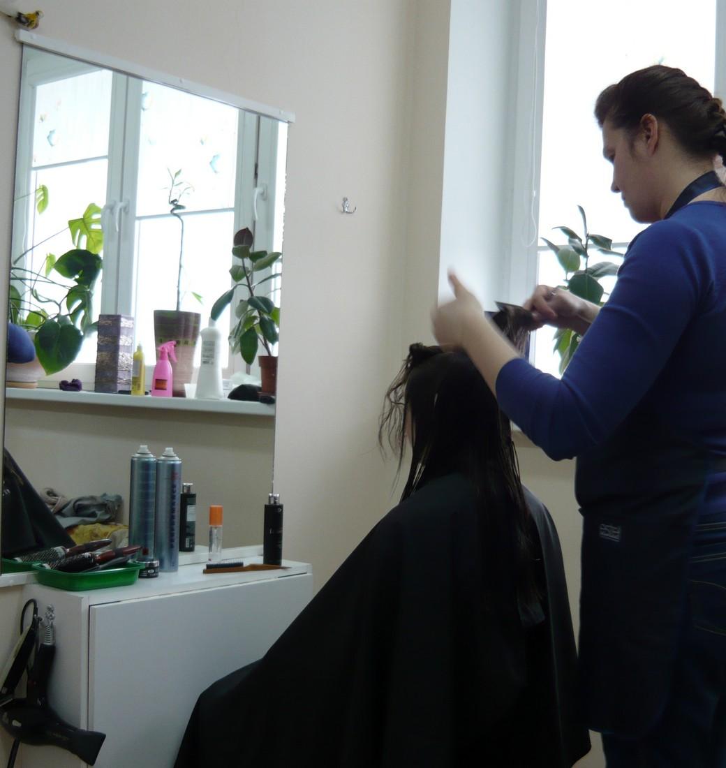 Татьяна Жогал во время обучения парикмахеров созданию причёски (Минск, Беларусь) (сайт Минской школы киноискусства)
