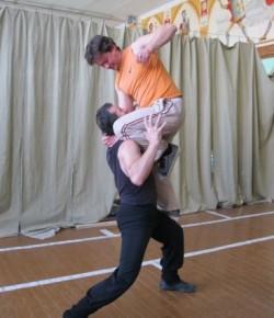 Занятие в группе исполнителей трюков: удар