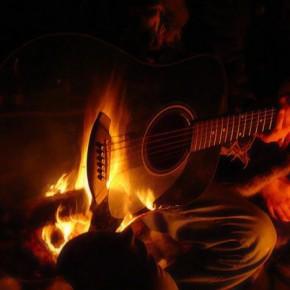 Огонь отражается в гитаре