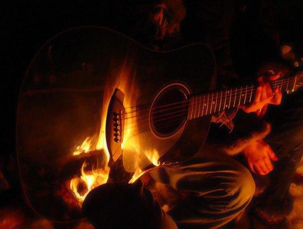 Огонь отражается в гитаре (сайт Минской школы киноискусства)
