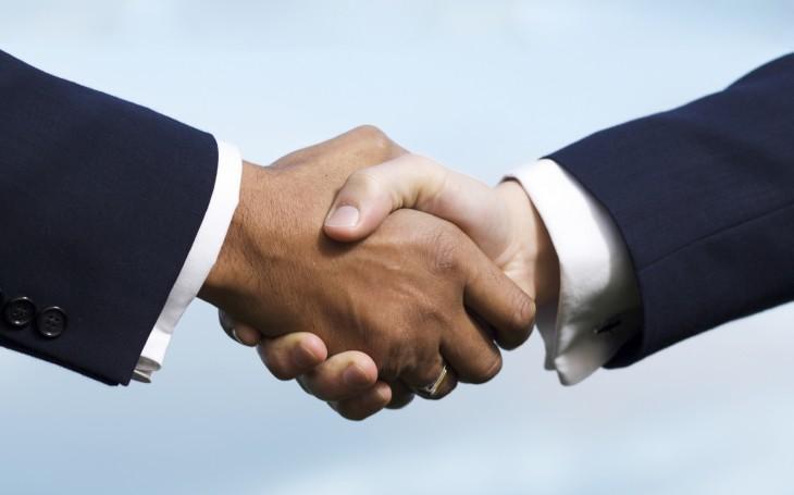 Рукопожатие при договоре (сайт Минской школы киноискусства)