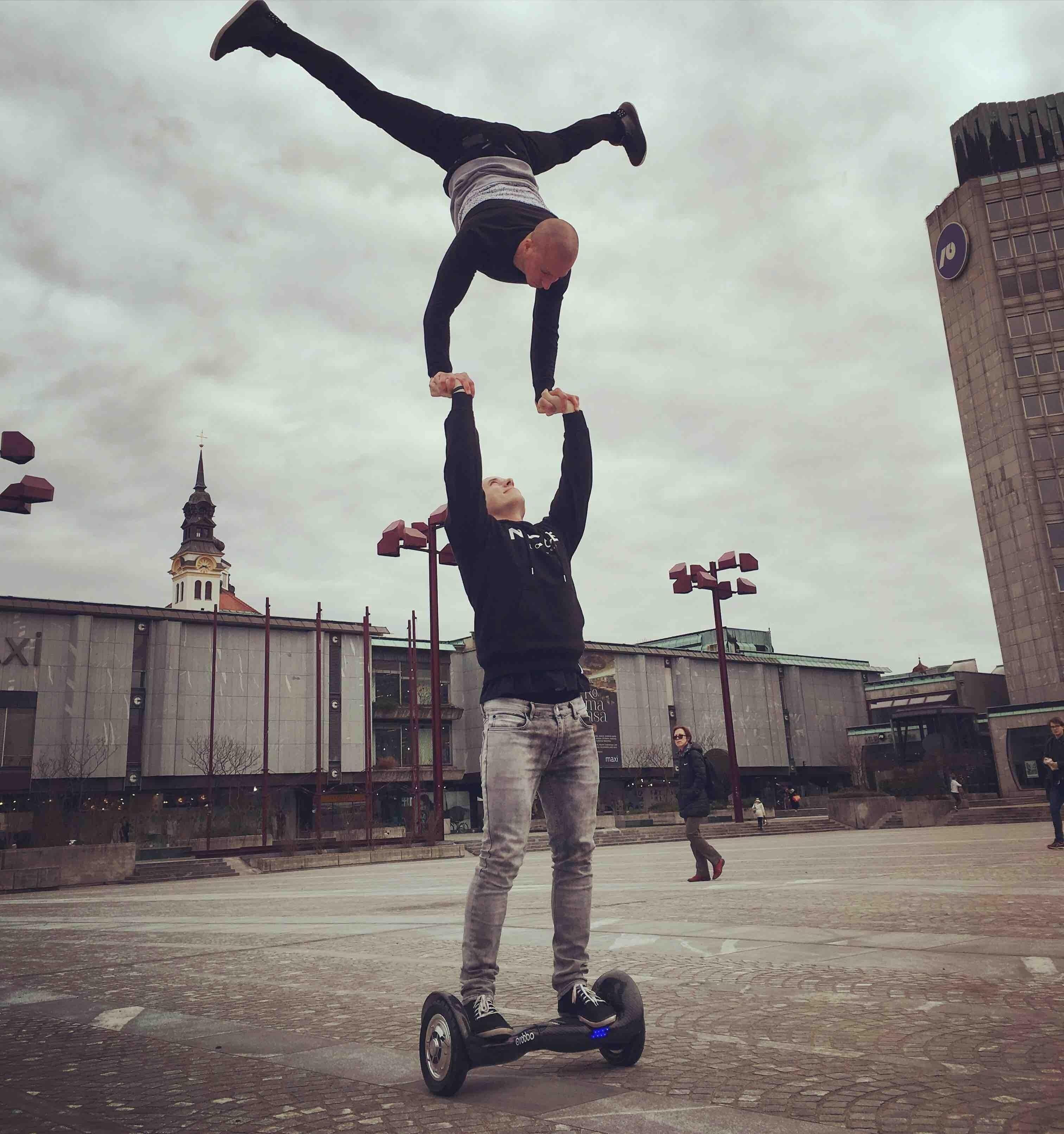 2парня нагироскутере (акробатика) (сайт Минской школы киноискусства)