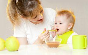 Детское питание (мама, ребёнок, яблоко, ложка, миска, кружка, стол, передник, слюнявчик)