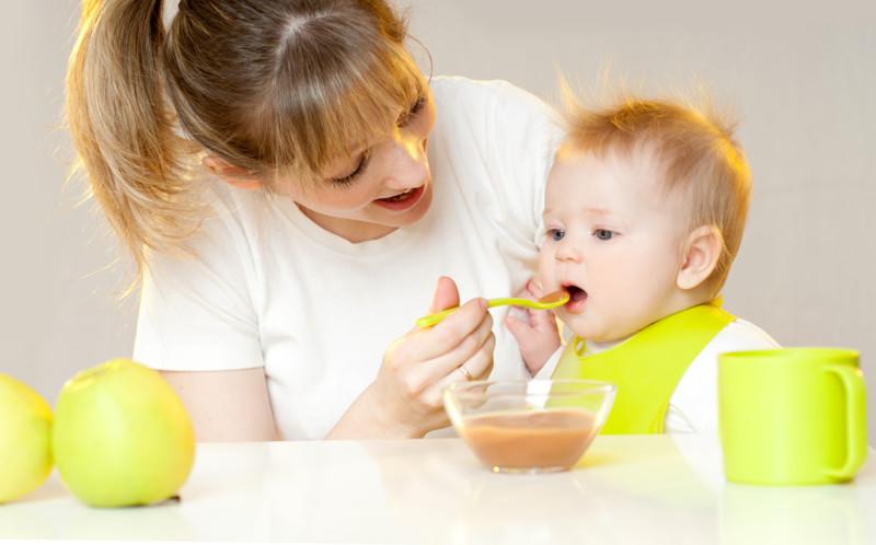 Детское питание (мама, ребёнок, яблоко, ложка, миска, кружка, стол, передник, слюнявчик) (сайт Минской школы киноискусства)