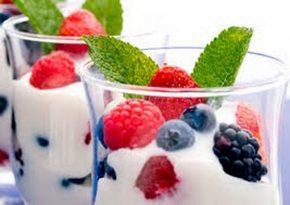 Ягоды имолочный продукт встакане