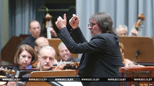 Юрий Башмет дирижирует оркестром (сайт Минской школы киноискусства)