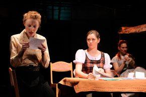 Спектакль «Фабричная девчонка»: 3 женщины (чтение, письмо, стол)