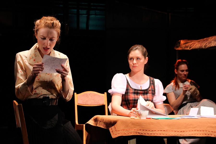 Спектакль «Фабричная девчонка»: 3 женщины (чтение, письмо, стол) (сайт Минской школы киноискусства)