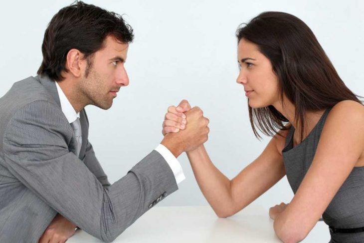 Мужчина и женщина: рукопожатие, армрестлинг, борьба, любовь