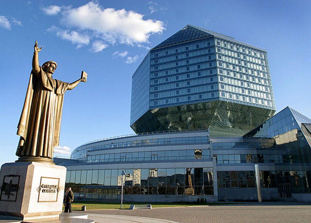 Национальная библиотека Беларуси (Беларусь, Минск, проспект Независимости, 116), памятник Франциску Скорине