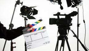Кинопроизводство: камера, микрофон, свет, хлопушка, штатив, стойки