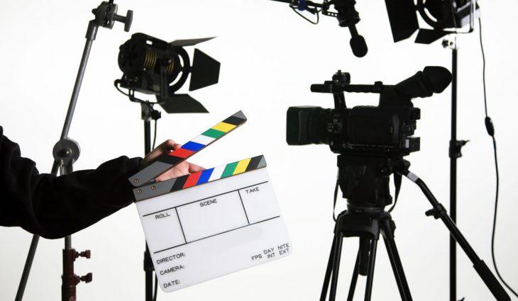 Кинопроизводство: камера, микрофон, свет, хлопушка, штатив, стойки (сайт Минской школы киноискусства)