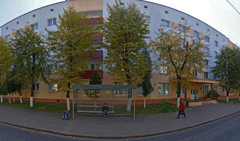 Минск, улица Кедышко, 10: общежитие №5 БГАТУ, остановка троллейбуса (панорама)