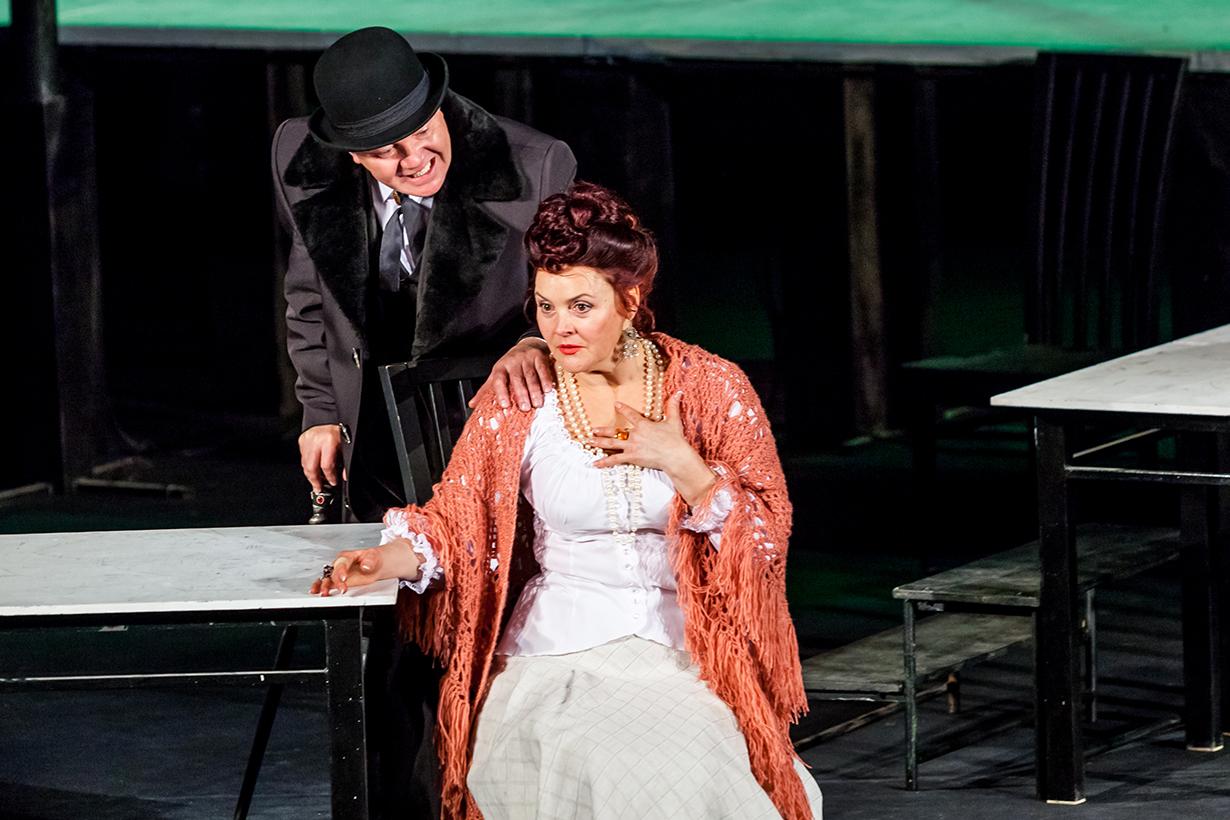 Актриса Анна Викторовна Лаухина играет вспектакле спартнёром (Минск, Беларусь)