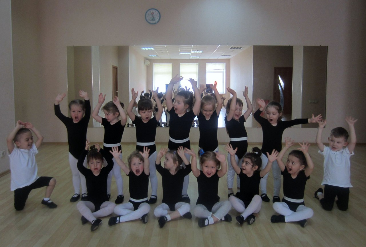 Дети вхореографическом зале. Руки— вверх (фотография)