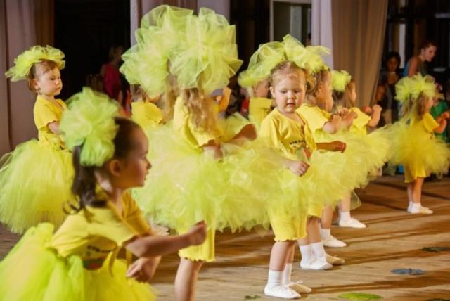 Девочки насцене вжёлтых костюмах сжёлтыми бантами (фото)