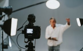 Запись видеовизитки: актёр, камера, микрофон, свет, фон