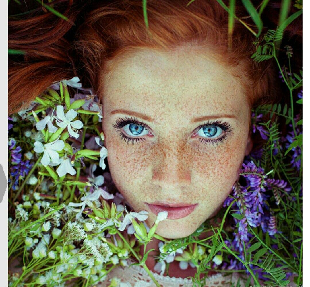Девушка с рыжими волосами и веснушками